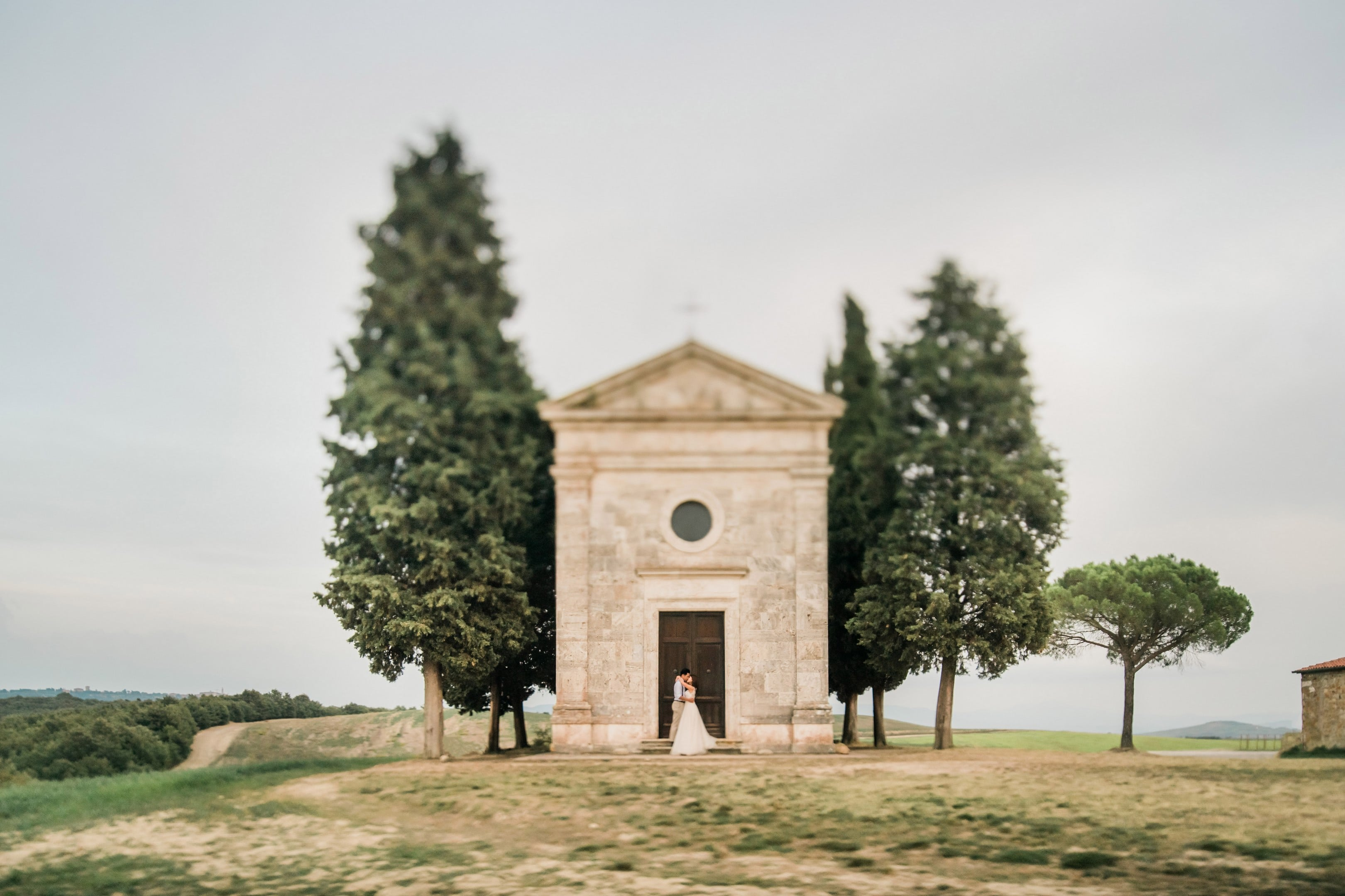 tuscany pre wedding photographer pienza chapel vitaleta
